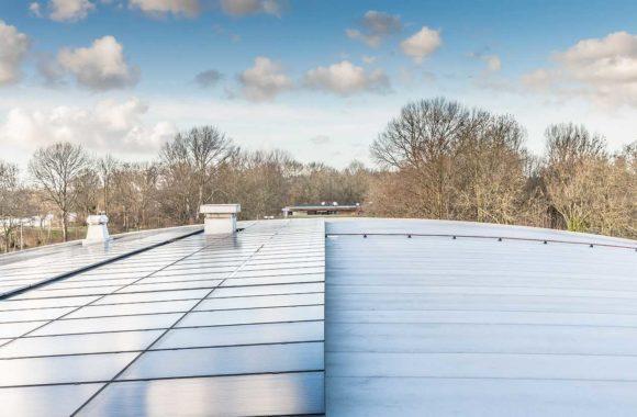 Zonnepanelen op gebogen dak - Jual Solar montagesysteem