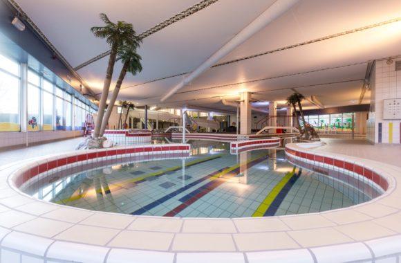 Zwembad met zonnepanelen op schuin bitumen dak